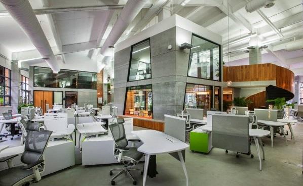 Эргономичное компьютерное кресло Сomfort Seating Mirus в офисе